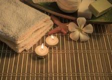 Kuuroordstilleven met aromatische kaarsen, witte bloem, zeep en towe Royalty-vrije Stock Afbeeldingen