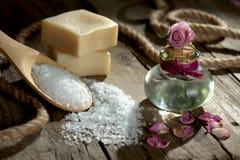Kuuroordstilleven met badzout en etherische olie Stock Afbeeldingen
