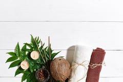 KUUROORDstilleven met handdoek, kaarsen en groene bladeren op een witte houten oppervlakte Royalty-vrije Stock Foto
