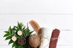 KUUROORDstilleven met handdoek, kaarsen en groene bladeren op een witte houten oppervlakte Royalty-vrije Stock Foto's