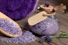 Kuuroordstilleven met het zout en het karton van het lavendelbad Royalty-vrije Stock Afbeelding
