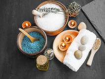 Kuuroordstilleven met overzees zout, badolie, geurkaarsen, handdoeken Royalty-vrije Stock Foto's
