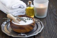 Kuuroordstilleven met overzeese zout, handdoeken en badolie Royalty-vrije Stock Foto