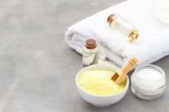 Kuuroordtoebehoren - overzeese zouten, handdoek, olie en room stock afbeelding