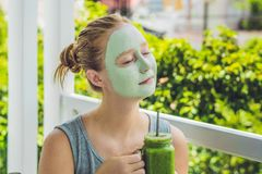 Kuuroordvrouw die Gezichts groen kleimasker toepassen Schoonheidsbehandelingen Fr royalty-vrije stock afbeelding