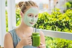 Kuuroordvrouw die Gezichts groen kleimasker toepassen Schoonheidsbehandelingen Fr stock foto's