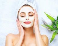 Kuuroordvrouw die reinigend masker toepassen Stock Foto's
