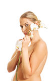 Kuuroordvrouw die witte orchideebloem houden Stock Afbeelding