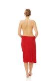 Kuuroordvrouw in handdoek wordt verpakt die Royalty-vrije Stock Fotografie