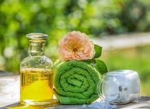 Kuuroordzorg en ontspanning Reeks voor Kuuroordbehandelingen, etherische olie, overzees zout Fles etherische olie op een natuurli Stock Foto's
