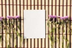 Kuvert av kraft papper med ett tomt meddelande och med härliga blommor royaltyfri bild