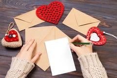 Kuvert för Kraft papper med träröd hjärta på trätabellen med kopieringsutrymme arkivbilder