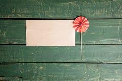 Kuvert med ett dekorativt paraply royaltyfria bilder