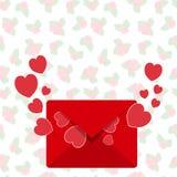 Kuvert med förälskelsebokstaven från röd hjärta för röd kuvertfluga Royaltyfri Fotografi