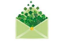 Kuvert med grön växt av släktet Trifolium inom Dag för StPatrick ` s vektor Royaltyfri Bild