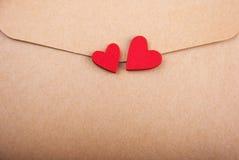 Kuvert med hjärta Arkivfoton