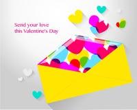 Kuvert med hjärtor för valentin dag Arkivfoto