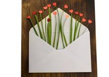 Kuvert med röd hjärta och gräs förälskelse för kuverthjärtabokstav valentin för dag s 14th Februari Royaltyfri Foto