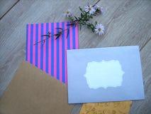 Kuvert och blommor fotografering för bildbyråer