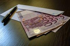 Kuvert och 500 eurosedlar Royaltyfri Foto