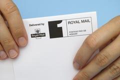 Kuvert som levereras av Royal Mail Arkivfoton