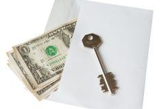 kuvertet hyssjar pengar under bordet Royaltyfri Bild