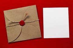 Kuvertet och ett stycke av text Fotografering för Bildbyråer
