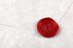 Kuvertet som förseglas med ett rött, vaxar förseglar Arkivbild