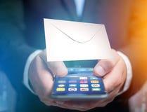 Kuvertmeddelande som visas på en futuristisk emailmanöverenhet - 3d Royaltyfria Foton