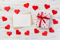Kuvertpost med den röda hjärta- och gåvaasken över vit träbakgrund Valentine Day Card, förälskelse- eller bröllophälsningbegrepp