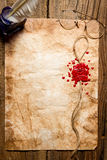 Kuvertsymbol som tryckas på i rött lack Royaltyfri Bild