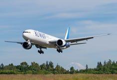 Kuwait Airways Boeing 777-300ER landning Fotografering för Bildbyråer