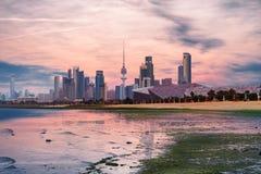 Kuwait City sikt under solnedgång arkivbild
