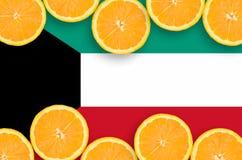 Kuwait flagga i citrusfruktskivahorisontalram arkivbilder