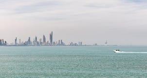 Kuwait-` s Küstenlinie und Skyline stockfotos