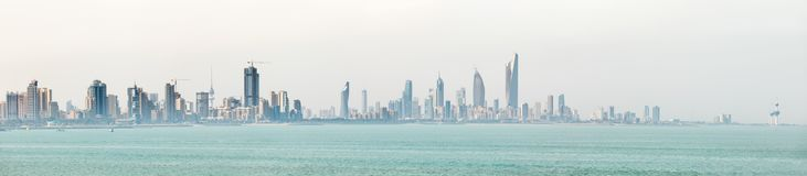 Kuwait-` s Küstenlinie und Skyline stockfoto