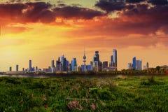 Kuwait-Stadt Ansicht während des Sonnenuntergangs lizenzfreies stockbild