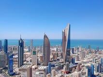 Kuwait-Stadt, Kuwait - August 2018 - die modernen Architektur-Wolkenkratzer gestalten von Kuwait-Stadt entwickelt ununterbrochen  lizenzfreie stockfotografie
