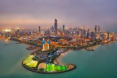 Kuwejt Góruje miasta linia horyzontu jarzy się przy nocą, nabierający Kuwejt w Grudnia 2018 nabierającym hdr obrazy royalty free