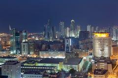 Kuwejt miasto przy nocą Zdjęcia Stock