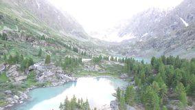 Kuyguk turkooise meer en waterval in Altai-bergen Russisch landschapssatellietbeeld stock video