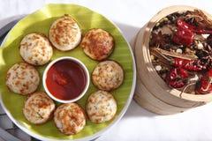 Kuzhipaniyaram, bola deu forma a bolos fritados bandeja, Gunta Ponganalu fotos de stock royalty free