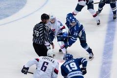 A Kuznetsov (39) och P Lusnak (41) på faceoff Royaltyfri Bild