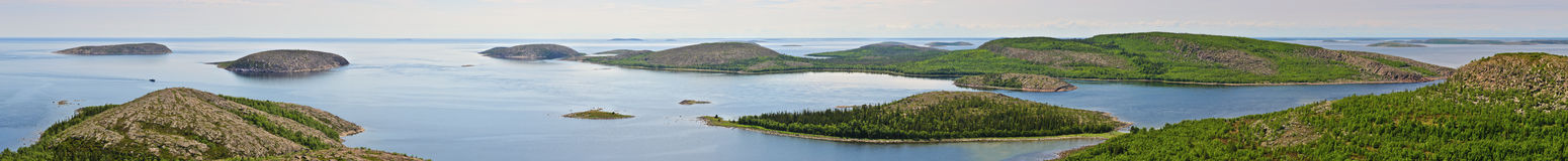 Kuzova群岛在白海(全景) 苹果覆盖花横向草甸本质星期日结构树 免版税库存照片