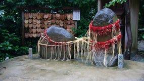 在Kuzuharaoka寺庙的一点Meoto Iwa在镰仓 库存图片