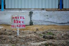 35kV waarschuwingsbord in bouwteken in Baku, hoofdstad van Azerbeidzjan Stock Foto's