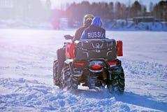 Kvadratcykel på en vinterväg Siberian ytterlighet royaltyfria foton