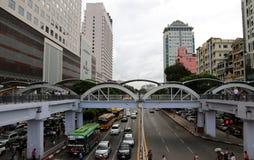 Kvadratfotplanskild korsning på tvärgatan av Anawrahta Rd och Sule Pagoda Rd Yangon med trafiken och byggnaden arkivfoto