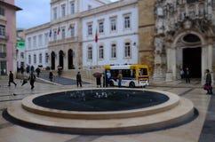 Kvadrera kallat Maj 8 som lokaliseras i den lägre delen av staden inom den gamla staden, med att strosa för folk Coimbra fotografering för bildbyråer