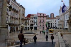 Kvadrera kallat Maj 8 som lokaliseras i den lägre delen av staden inom den gamla staden, med att strosa för folk Coimbra arkivfoto